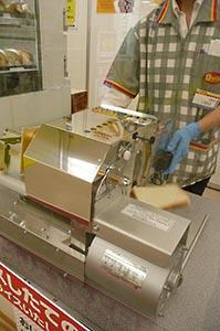 顧客が求める厚さで食パンを無料でスライスする