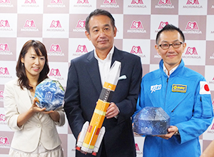 商品を手にする新井徹社長(中央)、金丸美樹氏(左)ら