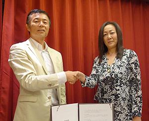 文野直樹・イートアンド社長(左)と中村利江・夢の街創造社長