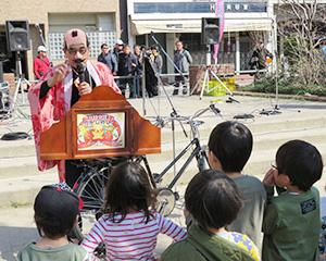 扮装した秋山秀行会長による駄菓子をテーマにした紙芝居が行われた