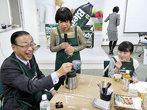参加者との絆を深める品田英明社長(左)とコシノジュンコ氏(中央)