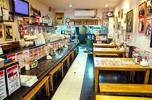 日本の大衆店そっくりな「仙台ラーメンもっこり」の店内=タイ・バンコクで小堀晋一が3月23日写す
