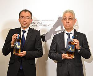 新商品の「碧Ao」を手に持つ、鳥井憲護執行役員ウイスキー事業部長(左)と福與信二チーフブレンダー