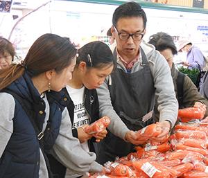 購買体験では野菜の目利きポイントが紹介された