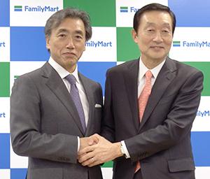 新ファミリーマートで会長に就く高柳浩二氏(右)と社長となる澤田貴司氏