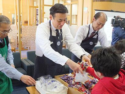 野澤栄一理事長はジャムつかみ取りを担当