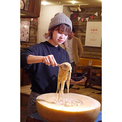 「Q・B・Bチーズ×YURTのカルボナーラ」はグラナチーズであえるデモンストレーションで人気