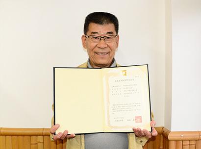徳島県版HACCP認証書を手に瀧原満社長