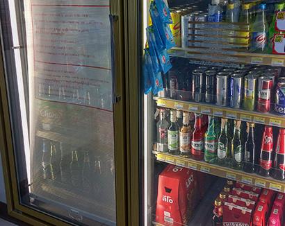 酒類の棚は販売時間以外はカーテンが掛かっている。日本語の記載もある=4月14日、タイ・チェンライ県で。小堀晋一写す