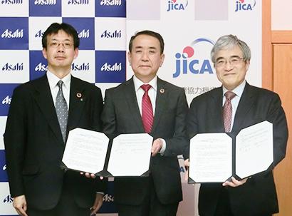 アサヒGHDの勝木敦志常務(中央)、アサヒバイオサイクルの御影佳孝社長(左)、JICAの加藤宏理事