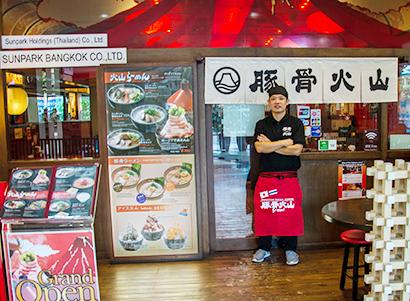 海外日本食 成功の分水嶺(75)「豚骨火山らーめん」<上> パフォーマンスで…