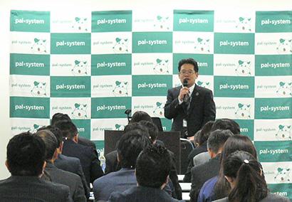80社の取引先に説明する商品開発本部副本部長・西田隆氏