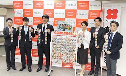 右から細井謙一所長、渡辺裕治部長、山本美香社長、広経大生2人、左端が石川明美教授