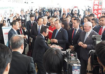 各国の代表は展示ブースを視察、吉川貴盛農水大臣(左端)が日本の食品を中国と米国の代表に薦める