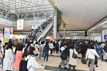 西1ホールから、ふれあいクッキング☆スタジアム会場の4階につながるエスカレーターにも人の波(4月27日午前11時)