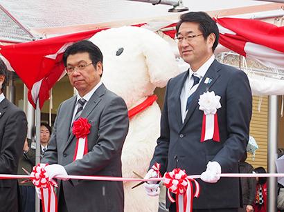 オープニングセレモニーでテープカットをする井出武美イオンリテール社長(左)と中原八一新潟市長