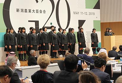 34の国・地域・国際機関でスピーチする新潟市立高志中等教育学校の生徒(写真提供=農林水産省)
