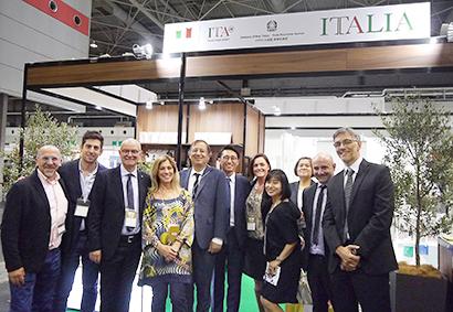 在大阪イタリア総領事館、「オリーブオイル関西」出展企業7社を激励