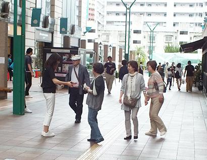 福岡天神で雨模様のなか道行く人にサンプリング