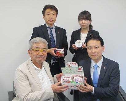 (前列)遠藤栄一社長(右)と深山喜一社長、(後列)遠藤悠里開発担当(右)と高橋義則東京営業部課長