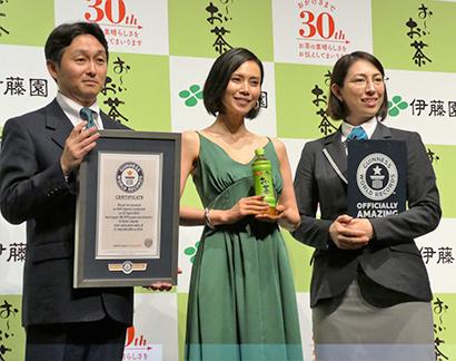 左から、志田光正マーケティング本部長、中谷美紀、マクミラン舞