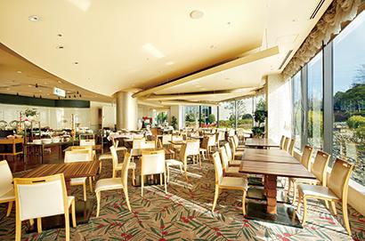 岐阜の名山「金華山」の眺めも楽しめる開放感あふれる店内