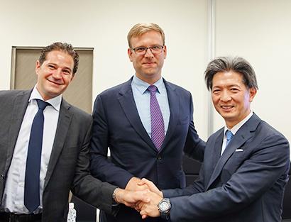 (左から)EMW社共同創業者グレゴリー・バイオレット氏、エドワード・デュバルEMW社CEO、加藤有治CJ機構専務