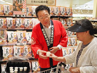 20日には地元長岡で大陳している原信で星野一郎会長が店頭に立ち試食を実施してアピール