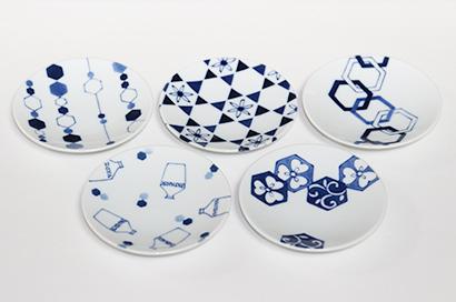波佐見焼のオリジナル醤油皿、江戸時代に輸出用に作られたコンプラ瓶などを描いた