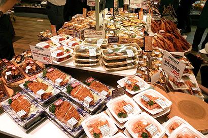 惣菜売場では精肉や鮮魚部門の惣菜商品も平台で来店客に訴求する