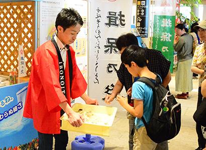兵庫県手延素麺協同組合、「揖保乃糸」をPR 試食に長蛇の列