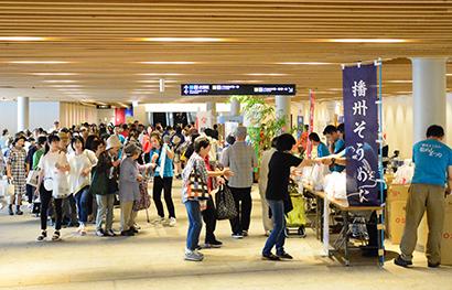 兵庫県乾麺協同組合、4000袋をサンプリング 「茹でマイスター」授与