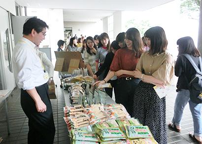 学生らは全国各地のきな粉製品を目にし、新鮮な驚きがあったようだ