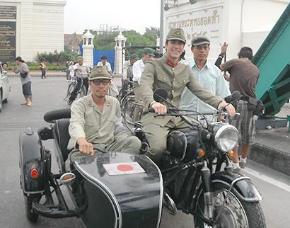タイの国民的恋愛小説「クーカム」の映画化に当たって宮内靖彦さん(左)は日本軍の軍医役で出演した。タイのアイドルスターのナデート・クギミヤさんと撮影現場で=提供写真