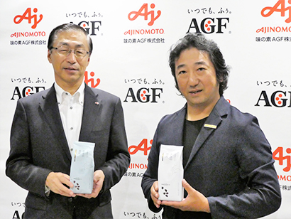 「森彦の時間」を手に、品田英明社長(左)と市川草介アトリエ・モリヒコ取締役