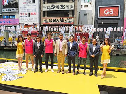 シンハーをPRする森島寛晃セレッソ大阪社長(右から2人目)や齊藤幸信モルソン・クアーズ・ジャパン社長(同7人目)ら