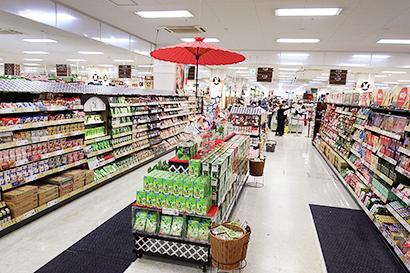 インバウンド向けの菓子コーナーは通路幅も広く通常の棚と島陳列で大きく展開