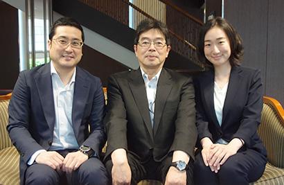 左から健康事業部の鈴木純一氏、本間康之部長、明石久姫氏