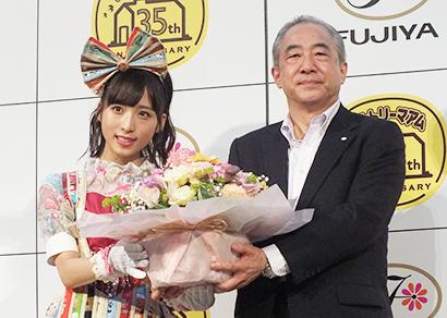 河村宣行社長(右)とカントリーマアムファン代表のAKB48小栗有以