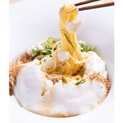 そうめんに黄身のコクが混ざり合い、メレンゲ状にした白身が細い麺によく絡む