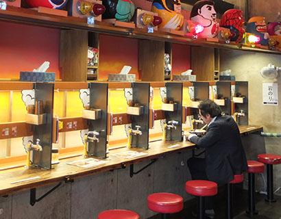 各席には上下2段のレーン、注文パネルのほか、冷水が出る蛇口も設置されていてユニーク。楽しさを追求する姿勢が、店の至る所で感じられる