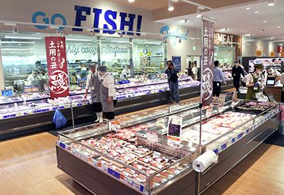 ヤオコー、「東松山シルピア店」オープン 鮮魚に接客係配置、食提案で需要喚起