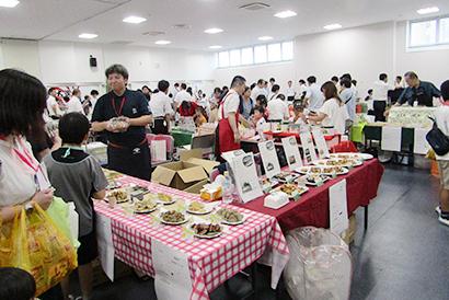 福岡市学校給食公社、学給物資展示会が盛況 小・中学生や保護者の声を反映