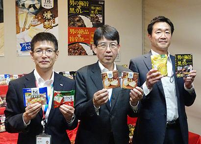(左から)太田勇二マーケティング本部チーズマーケティング部部長、童子秀己常務執行役員マーケティング本部長、山村真一マーケティング本部食品マーケティング部乳化食品グループ長