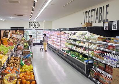 足立扇店には第1主通路の奥に生鮮の冷凍品を集約したコーナーを配置