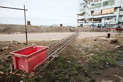 漁港では水揚げ施設がほこりをかぶったままだ=小堀晋一が7月23日、サムットサーコーン県マハーチャイで写す