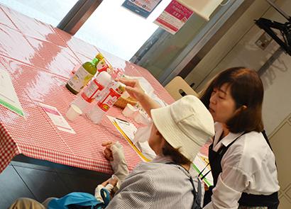 本紙関西支社ふれあいクッキング局、熱中症予防で試食・試飲など実施