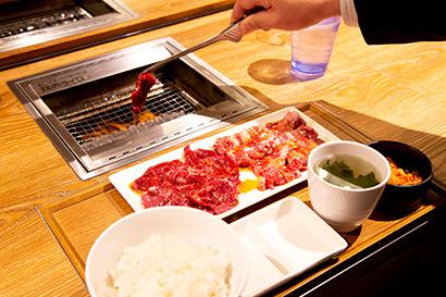 2人以上の世帯・単身世帯ともに伸びている「焼肉」。一人焼肉の焼肉ファストフード業態「焼肉ライク」の人気でさらに需要は伸びるか