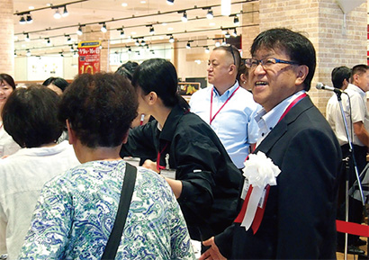 オープン当日、笑顔でお客さまをお迎えする加藤政義店長。「ゆったりとくつろいでいただけるスペースを用意]しました!」