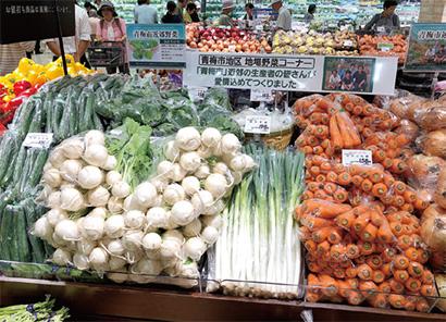 お客さまからの要望が多かった地場野菜コーナー。青梅市・立川市近郊の野菜がどっさり。新鮮さが売りです